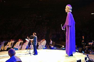 Robert Lebel interpr�tant, accompagn� d`une marionnette g�ante,  le chant-th�me de l`Ann�e  jubilaire Fran�ois de Laval 2008 � l`ouverture du 49e Congr�s eucharistique international tenu � Qu�bec du 18 au 22 juin 2008