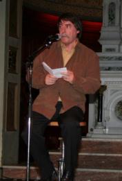 L`auteur: Robert Lebel interprétant son chant-thème à la Chapelle du Musée de l`Amérique française le 2 octobre 2007